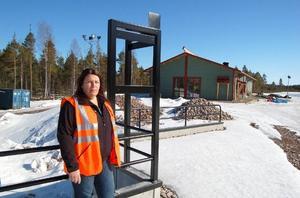 Sabina Hedman vid ett av de 20 containerfacken. Foto: Birger Nylén/DT