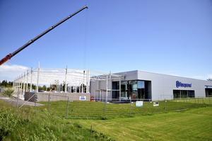 Bygger för miljoner. Just nu pågår utbyggnaden av Husqvarnahuset i Åsbro. Det är Askersunds Industrifastighetsbolag som satsar 10 miljoner kronor i fastigheten. Foto: Göran Kempe