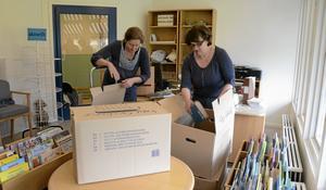 Packar upp. Kartongerna är många. Thérese Alikmaa och Lena Andersson hjälps åt för att strukturera upp allt för att få varje bok på sin rätta plats i de nya bibliotekslokalerna i Sörgården.