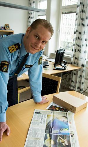 I en kartong i kassaskåpet förvarar Josef Wiklund gamla urklipp. En favorit är ett exemplar från 2008 i Söderhamns-Kuriren där han var på två hela uppslag.