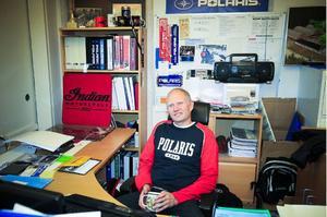 På kontoret är inte Christer Oliw så ofta, men det är ändå skönt att kunna sitta ner på sin stol ibland ändå.