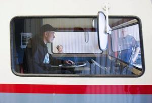 """Besiktningsmannen Göran Ottosson, till höger, håller koll när huvudmekanikern Lars """"Julle"""" Olofsson, Ås, kör ut den speciella husbilen Saab 92h från besiktningen på bilprovningen i Östersund. Även Simon Fick-Hedström, Häggenås, son till Kenth Fick, ordförande i föreningen Saab 92h, följde den spännande kontrollen."""