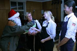 En tomte kom förstås, och Barbro Björklund passade på att tacka Bergegårdens personal, Michaela Vahlsten och Nattachiya.