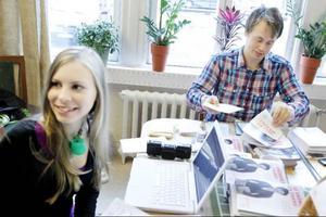 """Hanna Wagenius och Jonas Rask valspurtar med sociala medier och utskick valmaterial till boende i bland annat Torvalla och på Frösön. """"Vi har haft lite problem att få ut valsedlarna"""", säger Jonas Rask och konstaterar att """"allt ska ut"""" nu i helgen."""