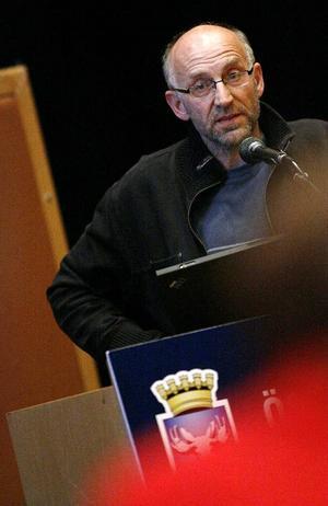 Mats El Kott, fp, tycker att kommunstyrelsen har fattat ett beslut över sina befogenheter när man bestämt att anställda och förtroendevalda i Östersunds kommun varken får snusa eller röka på sin arbetstid. Han vill därför att länsrätten ska pröva om beslutet är lagligt.  Foto: Henrik Flygare