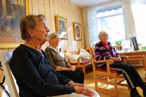 Sonnie Östblom, Elna Andersson och Karin Hansson väntar på att gympapasset ska börja.