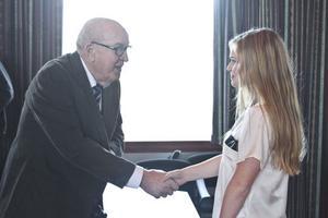 Stina Löfgren gratuleras av fondens grundare Paul Brändström.