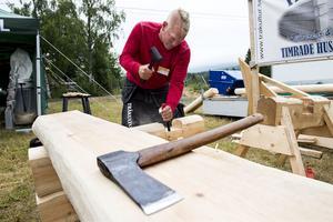 Timmermannen Marcus Lindgren från Skorped bjöd på ett gammaldags hantverk.