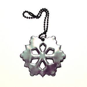 En svart snöstjärna från Detaljochdesign.se i mjukt material. Snygg, rolig och diskret.