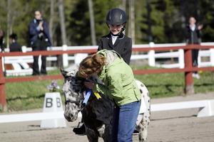 Klassegraren Karin Soron med ponnyn Rutan tar emot pris av domaren Petra Wall.