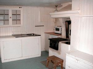 Före. Hela köket var vitmålat innan paret Haraldsson började skrapa.
