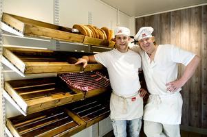 Ove Eriksson och Lasse Johansson driver bageri Kringlan. Självplockshyllorna ska i slutet av månaden fyllas upp med nybakt bröd.