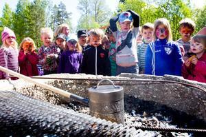 Det går mycket långsammare att poppa popcorn över grillen än i kastrullen hemma, konstaterar barnen på Bergviks förskola.