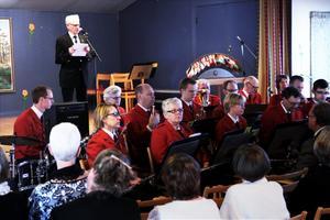 President Erik Eliasson håller välkomsttal efter Laxå blåsorkester inlett firandet.