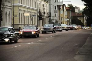 I en lång karavan kom ett 40-tal bilar åkandes från Bergsjöparken till Hudikcruisingen.
