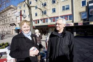 BEBIsMÖSSA. Agneta och Svante Bertilsson har precis fått ett barnbarn och köper en mössa i Eva Ohlsons stånd.
