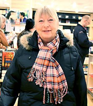 """Ulla-Britt Jacobsson, 69 år, pensionär, Sätra– Jag hittade två stycken, en av Conn Iggulden """"Bergens väktare"""". Den är en del i en serie på flera böcker. Jag hittade mellanboken tidigare så nu var jag tvungen att ha den här. Sen blev det en italiensk ordbok också. Jag brukar köpa en ordbok varje år."""