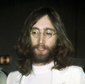 John Lennon på en bild från 1969. Nu har en av hans hårlockar sålts på auktion i USA.