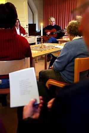 Foto: ANNAKARIN BJÖRNSTRÖM Kör igång. Mikael Nykäsenoja angav tonen när Folkmusikfestivalen inleddes i Sandviken på måndagskvällen.