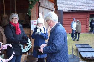 Alicia Elfridsson och hennes morfar Peter Höglund tog lotter av Ingegerd Hjort.