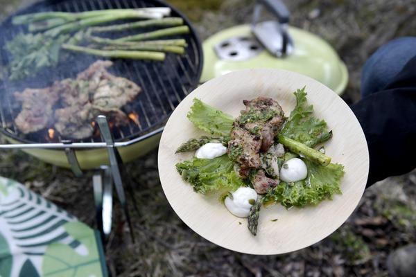 Grilla kyckling är bra picknickmat. Johan Backeus smaksätter den med hemgjord ramslökspesto och serverar grillad sallad till.