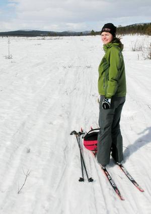 Gergana Hättestrand är irriterad på att det aldrig spåras annat än i betalspåret när det finns mycket snö i Högbo.