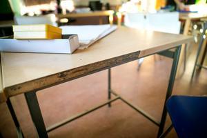 En elev ska ha tagit med sig en kniv och hotat en annan elev på skolan. Klassrummet på bilden har inget med den aktuella skolan att göra.