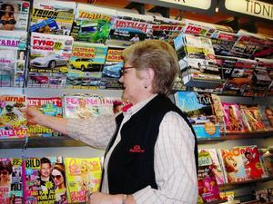 Förutom kassan sköter Anita Persson om tidningshyllan där det är mycket plock varje vecka.