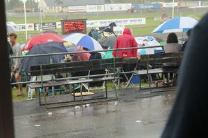 Men så kom regnet! Som tur var hade flera åskådare förberett sig med parpaly och regnkläder.