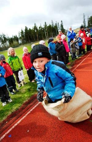 Scott Nordkvist, 6 år, från Hissmofors hade bra fart på säckhoppningen.