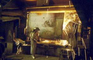 En bild som visar gjutlådan inne på stålverket.