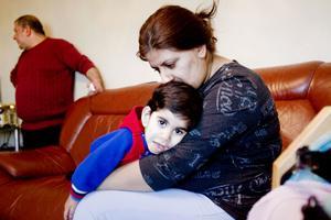 Murad behöver nästan daglig vård på Gävle sjukhus för sin sällsynta sjukdom. Här med mamma Suha.