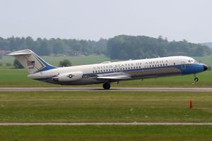 US Government gjorde ett kortare besök på Västerås flygplats med en klassisk DC-9:a. Ett vackert flygplan som man nu för tiden inte ser så ofta i Sverige. På bilden ser man den avgå från bana 19.