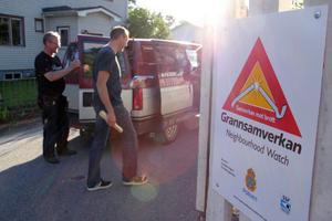 Thomas Persson och Reino Wallberg har just satt upp en grannsamverkansskylt vid hörnet av Doktorsgatan och Epidemivägen.