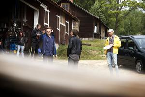 Skådespelaren Chris Page övar inför en tagning. Regissören Johan Bodell (till höger) iakttar noga.