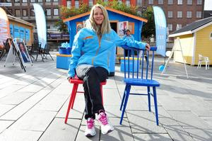 Susanne Wallner (M) vill gärna ta över den röda stolen som symboliserar makten i landstinget.