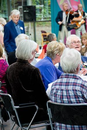 75 stycken 75 åringar, många boendes kvar i Östersund, andra utflyttade sen länge sedan. Men en kväll tillsammans kunde de ändå inte avstå från.