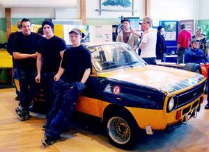 De här eleverna i fordonsprogrammet, Jonathan Dahlsten, Joel Larsson och Christoffer Åslund har jobbat med projekt Folkracebil. En Daf 66 från 1975, som snart ska tävla på klassiska Gälleråsen. Foto: Leif Eriksson