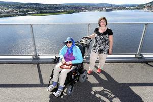 I nära ett år har Hildeborg drömt om en promenad över bron. Med hjälp av Anki Berglund och en elrullstol gick drömmen i uppfyllelse.