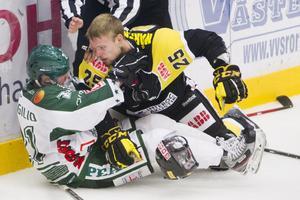 Ångerfull. Viktor Mårtensson var kritisk mot sig själv efter matchstraffet. Forwarden slipper dock avstängning och kan spela mot Almtuna i morgon. Foto: Per Groth