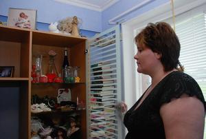 I familjen Olvebys hem har Lisa ett rum som hon gjort till Jessicas. Där har hon samlat alla dotterns ägodelar och minnen av henne.