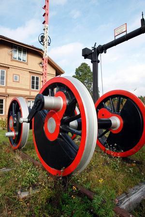 På tomten har Claes Sundberg två hjulaxlar från ett ånglok.