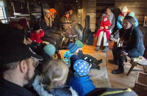 Sällan har så många små barn suttit så tysta och koncentrerade som under Sara Berggrens sångstund.