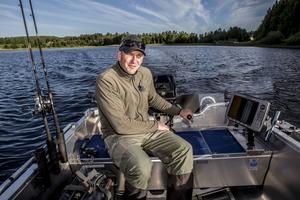 Tony Nyman i sin båt. Ett ekolod är en bra genväg för att hitta fiskstimmen.