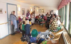 Trevligt besök på Norshöjdens äldreboende när barnen från förskola Tallkotten, avdelning Holken, kommer på besök utklädda till påskkäringar. FOTO: ILSE VORNANEN
