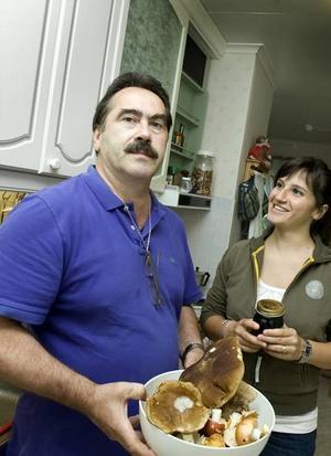 STOLT PLOCKARE. Claudio Bressan har plockat mycket svamp. Här med dottern Elena.