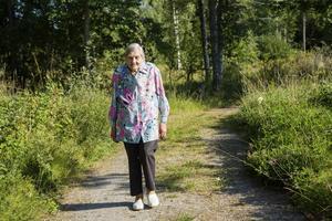 Ulla Bäck, 85, känner sig ensam och bortglömd.