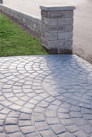 Uppfarten ser ut att vara gjord av gatusten men det är betong. Claes är extra nöjd att man inte behöver rensa ogräs eftersom allt är en enda stor platta.
