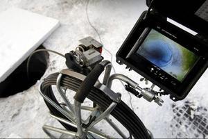 """Redan i förra veckan använde """"parasitjägarna"""" kameror i sitt sökande efter en misstänkt avloppsläcka i vattensystemet under Odensala."""