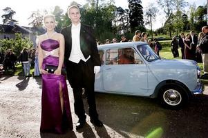 De gled fram i en ljusblå Austin 850, Nils Vahlund, SP3K, och Elin Kronsell som själv ritat sin klänning och som går på Polhemsskolan och kan gå på studentbal på fredag också.